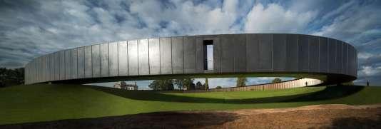 La partie en porte-à-faux de l'Anneau du souvenir réalisé par l'architecte Philippe Prostà Notre-Dame-de-Lorette (Pas-de-Calais)