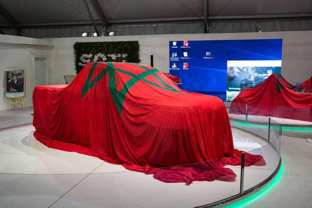 Au Salon de l'innovation de la COP22, un modèle de voiture écoénergétique sous bâche aux couleurs du royaume chérifien, avant sa présentation au public.