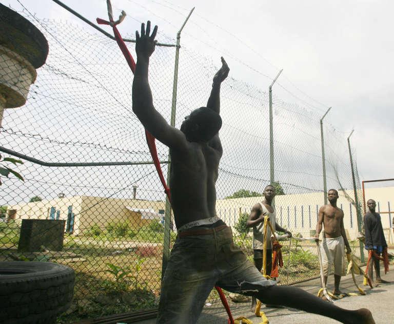 Des prisonniers expliquent à des journalistes comment ils ont tenté de s'échapper de la MACA, en novembre 2006.