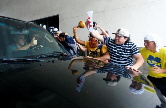 Des manifestants stoppent la voiture de l'ancien gouverneur de Rio, Sergio Cabral, jeudi 16 novembre.