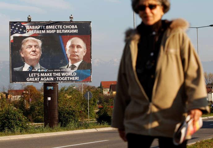 Publicité pour un site d'information dans les rues de Danilovgrad (Monténégro), le 16 novembre.