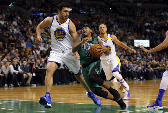 Zaza Pachulia défend sur Isaiah Thomas, le petit meneur des Boston Celtics.