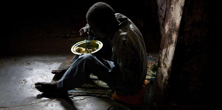 Dans la prison centrale de Monrovia, au Liberia, un prisonnier prend son repas fourni par une ONG. La question de l'alimentation en prison reste problématique sur l'ensemble du continent.