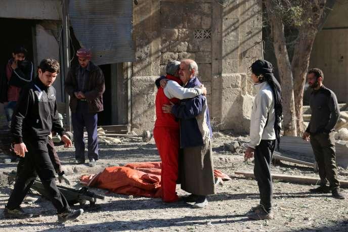 Des Syriens tentent de se réconforter après les nouveaux bombardements sur les quartiers rebelles d'Alep, le 19 novembre.