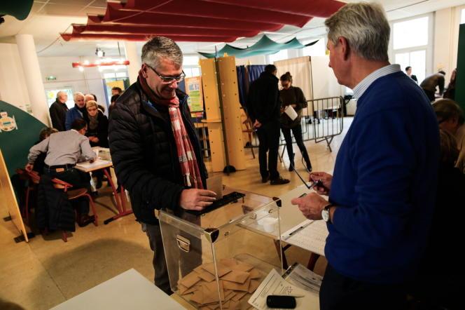 Lors du premier tour de la primaire à droite, dimanche 20 novembre,dans l'école primaire André-Dessaux, à Orléans.