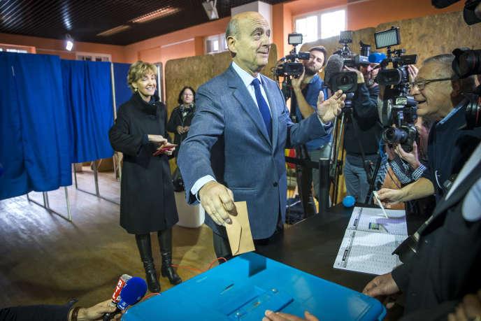 Alain Juppé, candidat à la primaire à droite et au centre, vote à la mairie de Caudéran à Bordeaux, dimanche 20 novembre.