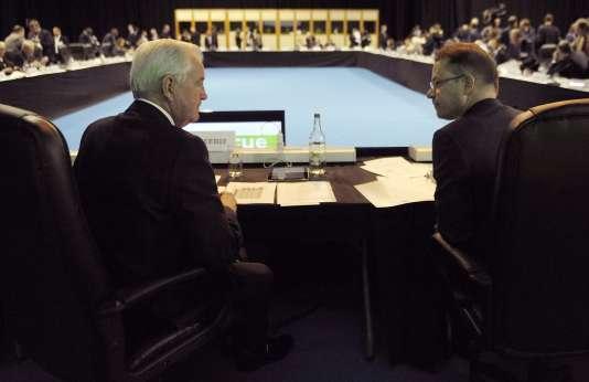 Le président de l'Agence mondiale antidopage, sir Craig Reedie (à gauche) et son directeur général, Olivier Niggli.