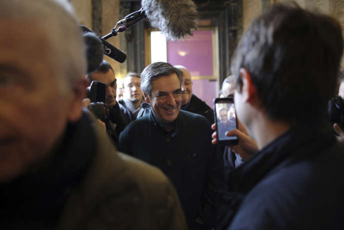 François Fillon s'apprête à voter, à Paris, le 20novembre.