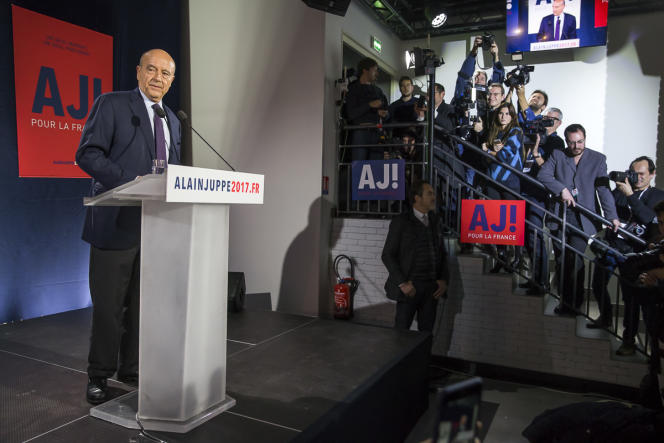 Alain Juppé devant ses partisans et la presse après le premier tour des primaires le 20 novembre.