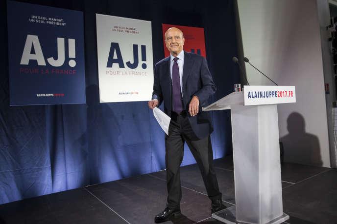 Alain Juppé, candidat à la primaire à droite, parle devant ses partisans et la presse après le premier tour dans le 15e arrondissement à Paris, dimanche20novembre2016.