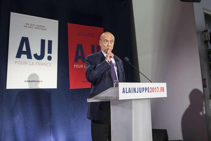 Alain Juppé, candidat à la primaire à droite, parle devant ses partisans et la presse après le premier tour dans le XVe arrondissement à Paris, dimanche 20 novembre.