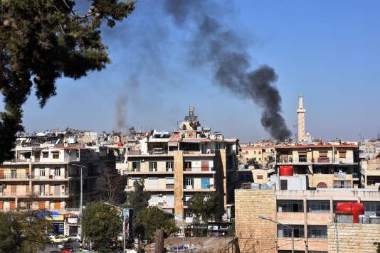 De la fumée s'échappe de l'ouest de la ville d'Alep, deuxième ville de Syrie, après un bombardement le 20 novembre.