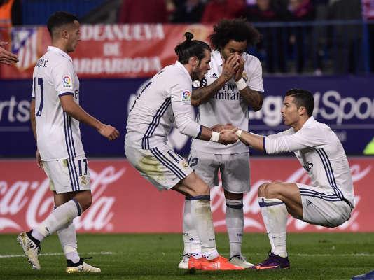Un triplé de Cristiano Ronaldo, nouveau meilleur buteur de l'histoire du derby madrilène (18buts), a permis à l'équipe de Zinédine Zidane de battre l'Atlético 3-0 samedi et de s'envoler en tête du Championnat d'Espagne.