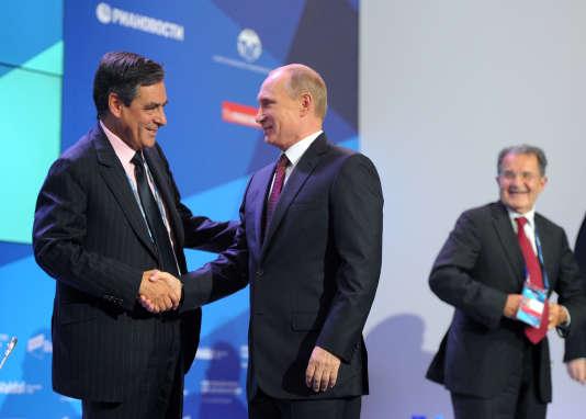 François Fillon serre la main de Vladimir Poutine lors d'une réunion du Club Valdaï, en septembre 2013.