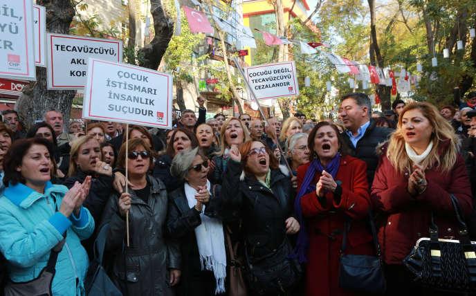 Manifestation à Ankara, le 19 novembre 2016, contre le projet de loi du gouvernement qui prévoit la dépénalisation des agressions sexuelles sur les mineures si l'agresseur épouse la victime.