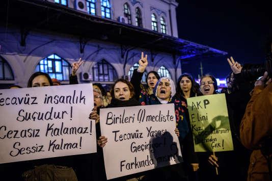 « Le viol est un crime», crient les manifestantes le 18 novembre à Istanbul.