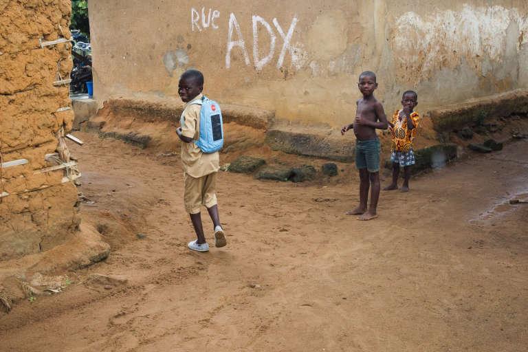 Un élève rentre chez lui avec son Solar pack après les cours du matin.