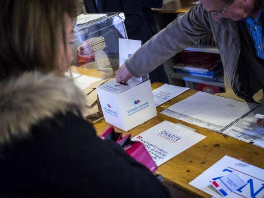 Lors du premier tour de la primaire à droite, dans un bureau de vote de l'école primaire La Gairautine à Nice, dimanche 20 novembre.