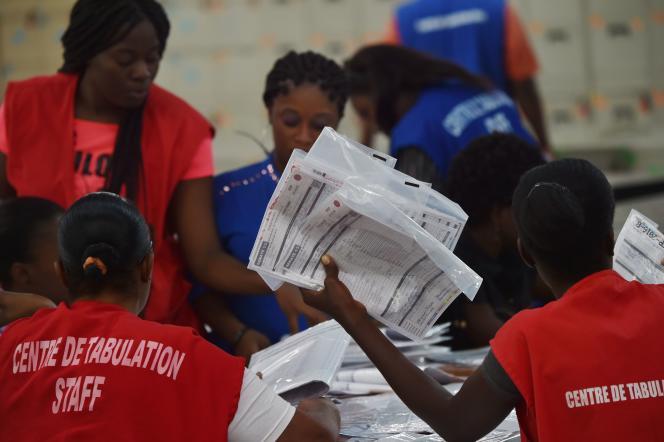 Des bulletins de vote sont comptés dans un bureau de Port-au-Prince, le 21 novembre.