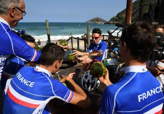 L'équipe de France de cyclisme aux Jeux olympiques de Rio avec son sélectionneur Bernard Bourreau (de profil à gauche), le 4 août.