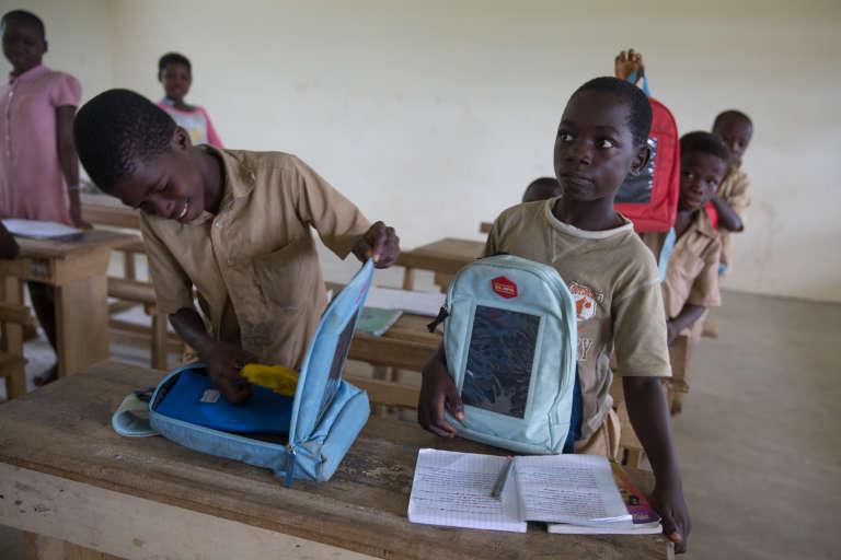 Sur les 137 élèves de l'école, seuls les 50 meilleurs ont reçu un cartable solaire.