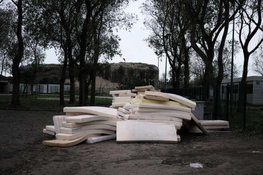 Des matelas sont entassés, le 15 novembre 2016, dans la cour du centre d'accueil de jour Jules-Ferry.