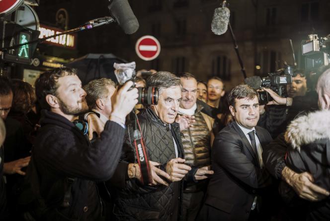 Soirée électorale avec les supporteurs de François Fillon au café Le Dauphine, boulevard Saint-Germain à Paris, le 20 novembre.