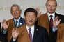 Le secrétaire des affaires étrangères philippin Perfecto Yasay, le président russe Vladimir Poutine et le président chinois Xi Jinping posent pour la «photo de famille»du dernier jour du sommet Asie-Pacifique, à Lima, dimanche 20novembre.