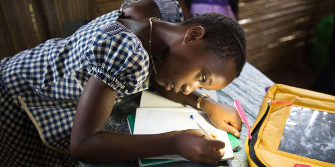 Kouassi fait ses exercices à la lumière solaire. Meilleure élève de sa classe, elle a eu un Solar Pack en récompense de son travail et voudrait devenir médecinà Abidjan.