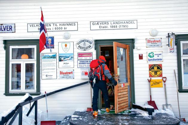 Des circuits sont organisés avec des pauses pour se ravitailler et récupérer un peu. Ici, un magasin sur l'île d'Uloya, dans la région de Troms.