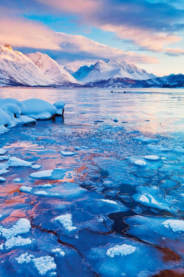 Situé à l'est de Tromsø, le massif des Alpes de Lyngen offre la possibilité exceptionnelle de pratiquer le ski tout en ayant vue sur des bras de mer.