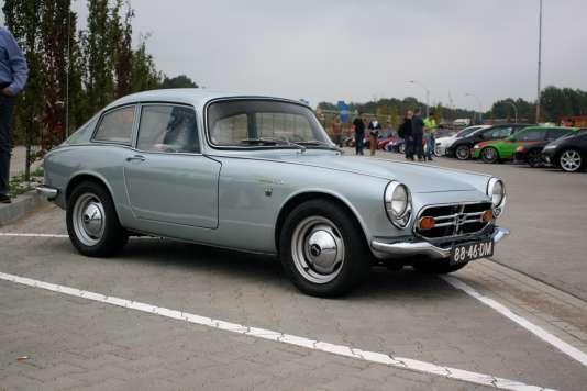 La ligne très basse et le long capot pourvu d'un élégant bossage de la Honda S800 évoque une Jaguar TypeE en réduction.