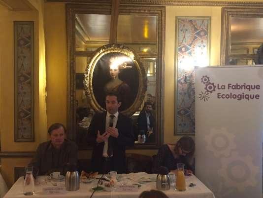 Le socialiste Benoît Hamon, ex-ministre de l'éducation nationale et candidat à la primaire de la gauche en vue de la future élection présidentielle, présente son projet environnemental lors d'un petit-déjeuner de la Fabrique écologique, à Paris, le 22 novembre.