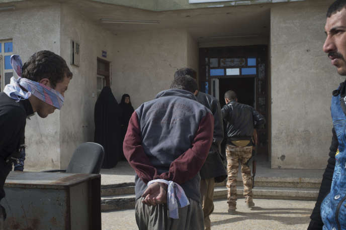 Des collaborateurs supposés de l'EI s'apprêtent à comparaître devant la cour antiterroriste d'Al-Qayyarah, le 16 novembre.