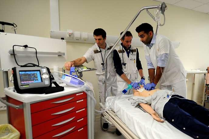 Des médecins s'entraînent à la réanimation à l'hôpital d'Annecy, le 22 novembre.