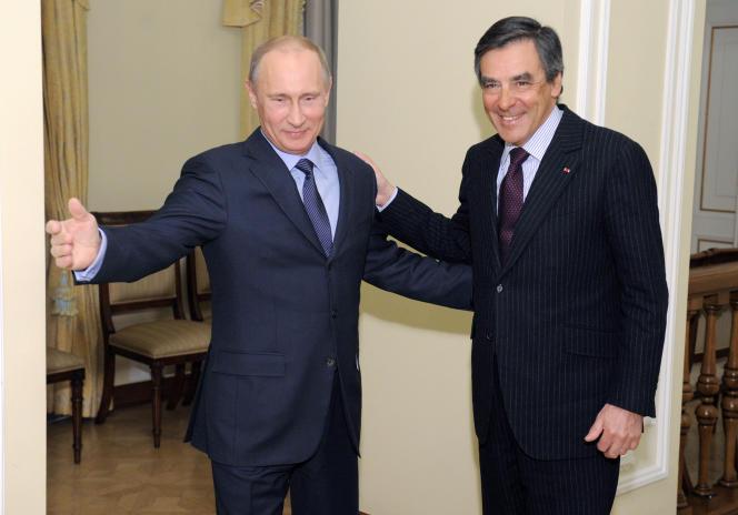 Vladimir Poutine, alors premier ministre, accueille son homologue français de l'époque, François Fillon, lors d'une rencontre près de Moscou, le 21 mars 2013.