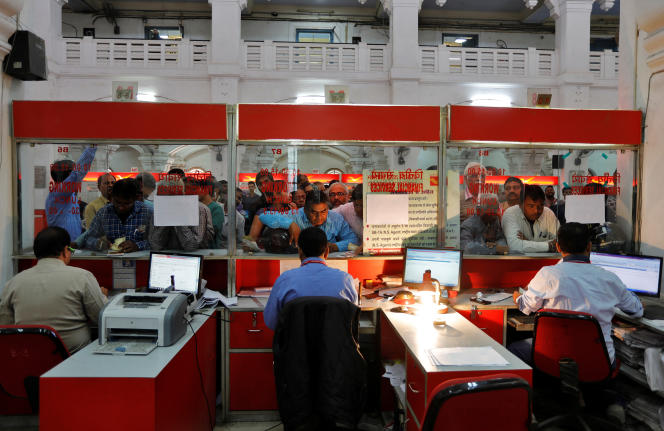 Des gens font la queue devant un bureau de poste pour déposer ou échanger leurs vieux billets de grande valeur, à Lucknow, le 16novembre.