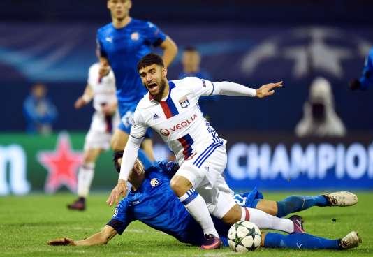 Le joueur de Lyon, Nabil Fekir contre le défendeur de Zagreb Leonardo Sigali, le 22 novembre.