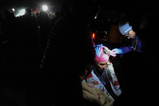 Un manifestant reçoit des soins, dimanche 20 novembre, près de la réserve indienne de Standing Rock (Dakota du Nord).