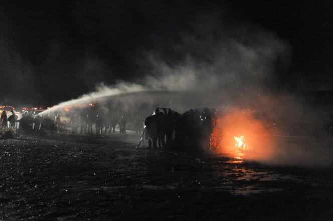 La police utilise un canon à eau contre les manifestants, près de la réserve indienne de Standing Rock (Dakota du Nord), le 20novembre.