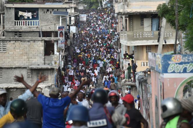 Des manifestants ont marché dans les rues de Port-au-Prince mardi pour que la victoire de Maryse Narcisse soit reconnue.