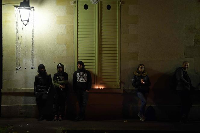 Des habitants ont allumé des bougies en hommage à Adama Traoré, devant la mairie de Beaumont-sur-Oise, mardi 22 novembre.