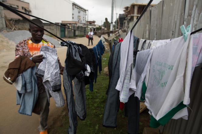 Des uniformes d'écoliers au bleu de travail, tous les habits passent entre les mains d'Abdallah, sauf les sous-vêtements.
