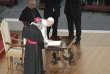 Le pape signe la lettre apostolique contenant sa doctrine sur l'IVG, à la basilique Saint-Pierre, le 20 novembre.