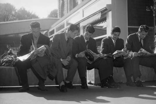 René Vignal (au centre), entouré de joueurs de l'équipe de France, en octobre 1953 à Orly.