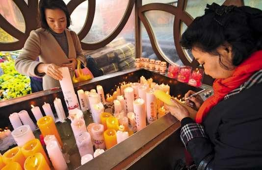 Avant et pendant l'examen, les temples bouddhistes sont envahis de parents priant pour la réussite de leurs enfants.