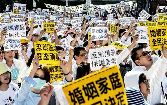 Manifestation,le 17 novembre à Taipei, contre le projet de mariage des homosexuels, actuellementà l'étudeau Parlement.