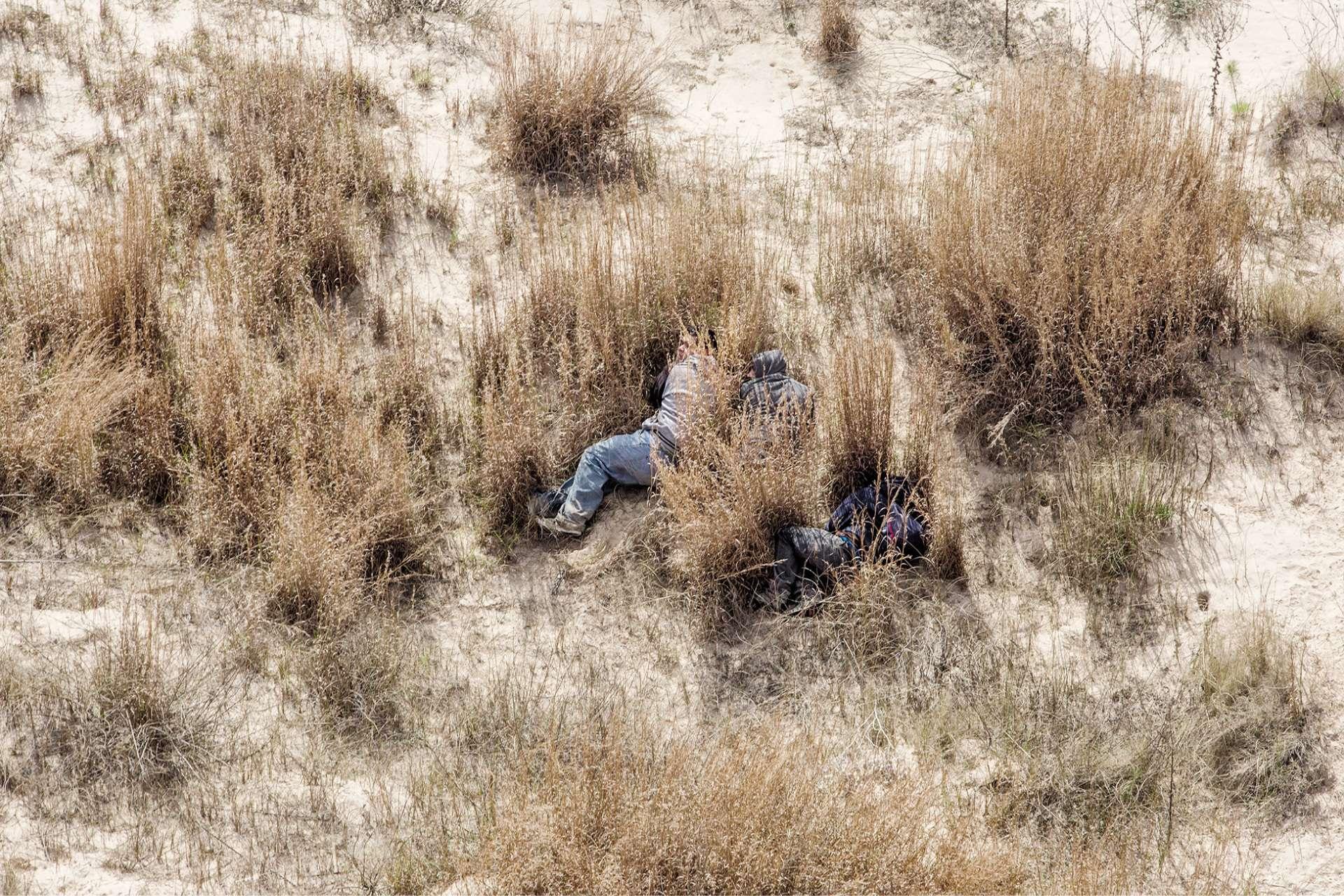 Des migrants cernés par des gardes-frontières dans lecomté de Kenedy (Texas) alors qu'ils tentent de contourner le checkpoint américain de Sarita, à une centaine de kilomètres de la frontière.
