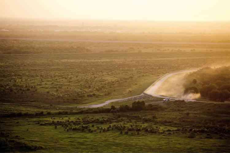 ÀGranjeno (Texas), un véhicule de la Border Patrol (police des frontières) emprunte une voie qui coupe l'un des nombreux murs construits sur les 3200kilomètres de frontière américano-mexicaine. Pour les franchir, trafiquants, passeurs ou clandestins utilisent deséchelles. D'autres guettent le moment propice pour traverser à pied un des passages ouverts.