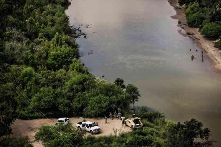 Des soldats de la Garde nationale du Texas sur le Rio Grande. Ces militaires ont été déployés le long du fleuve à l'instigationde l'ex-gouverneur républicain Rick Perry pour renforcer lalutte contre l'immigration illégale.